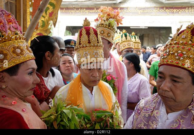 Die Minister während der Zeremonie zu waschen, die Nats Statuen, Yadanagu Nats Festival, Amarapura, Mandalay Stockbild