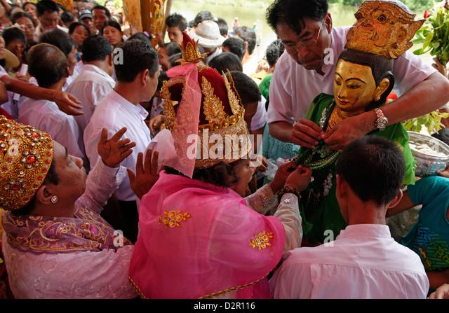 Zeremonie des Waschens der Nats Statuen Yadanagu Nats Festival, Amarapura, Mandalay-Division, Myanmar Stockbild