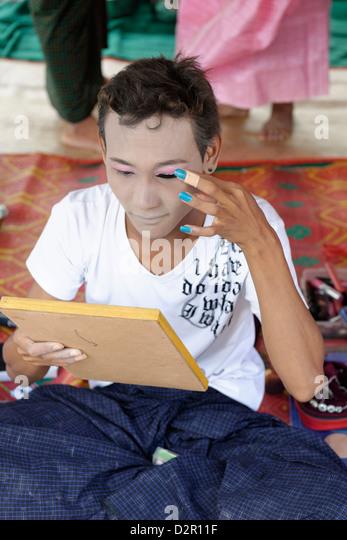 Eine Nat-Kadaw immer wieder neue, Yadanagu Nats Festival, Amarapura, Mandalay-Division, Republik der Union von Myanmar Stockbild
