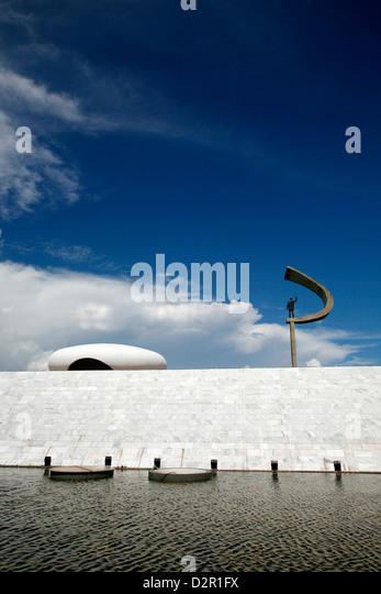 Gedenkstätte JK mit der Statue von Juscelino Kubitschek, entworfen von Oscar Niemeyer, Brasilia, Brasilien, Stockbild