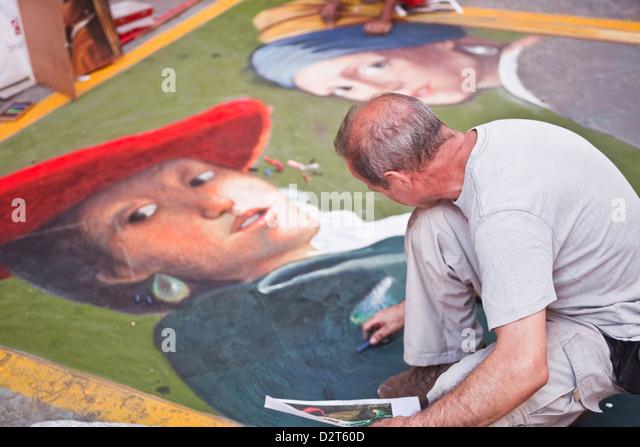 Ein Künstler stützt sich auf den Straßen von Florenz, Toskana, Italien, Europa Stockbild