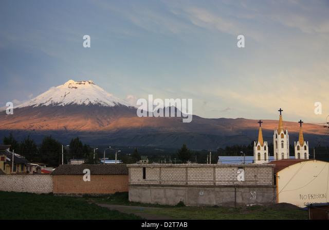 Kirche mit dem Cotopaxi Vulkan im Hintergrund. Abendlicht. Ecuador. Stockbild
