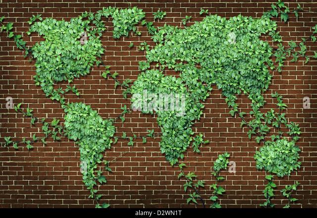 Globale Leaf Karte in Form eines wachsenden grünen Ranke Pflanze auf einer roten Backsteinmauer als ein Welt Stockbild