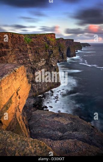 Cliffs of Moher in der Abenddämmerung. Co Clare, Irland Stockbild