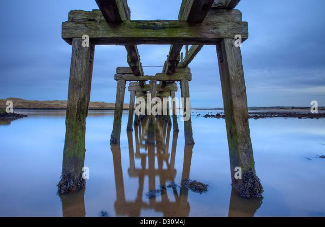 Stillgelegten Pier bei Dämmerung, CastleRock, Londonderry. Stockbild