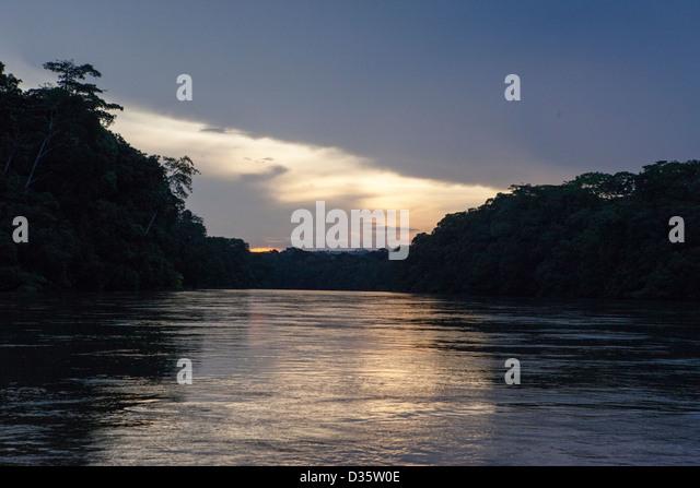 Kongo, 29. September 2012: The Dja-Fluss in der Dämmerung. Stockbild