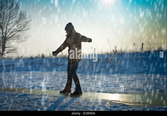 Mann im Schnee spielen Stockbild