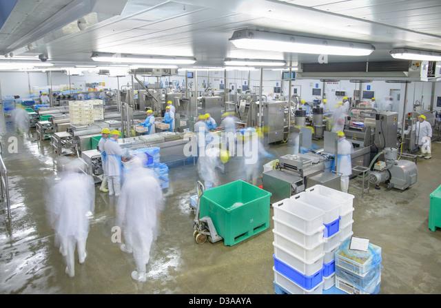 Produktionslinien in belebten Lebensmittelfabrik, Bewegungsunschärfe Stockbild