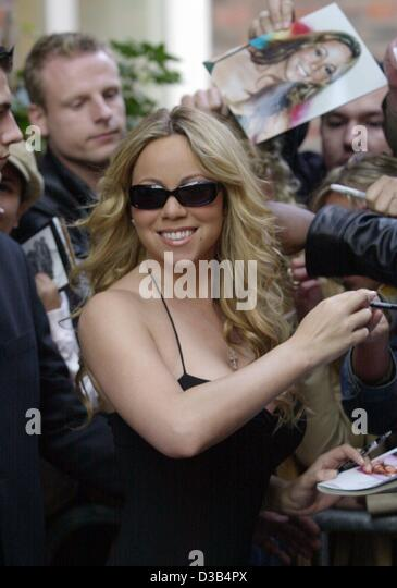 (Dpa) - US-Sängerin Mariah Carey gibt Autogramme, als sie vor ihrem Hotel in Hamburg, 27. September 2002 ankommt. Stockbild