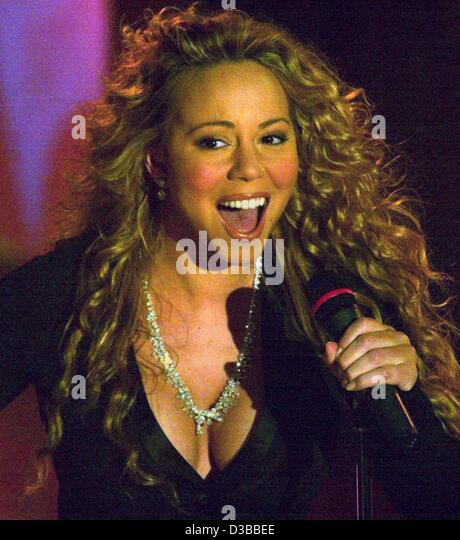 (Dpa) - US pop-Star Mariah Carey während einer Award-Show in Berlin, 6. November 2002 führt. Stockbild