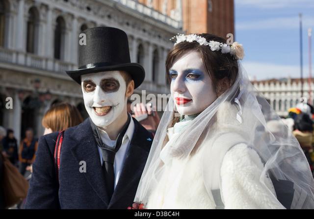 Braut und Bräutigam verkleidet für Venedig Karneval Venedig Italien Stockbild