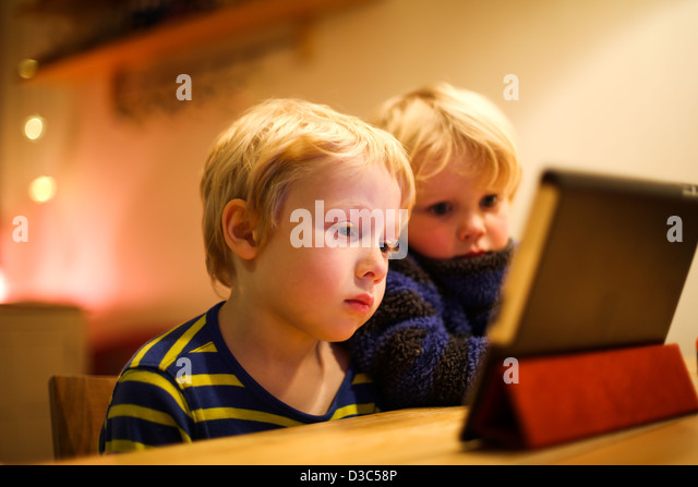Zwei jungen, die einen Film auf dem iPad Stockbild
