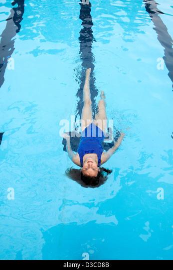 10 bis 11 Jahre altes Mädchen schwimmen Runden im Wettbewerb Stil Badeanzug. Stockbild