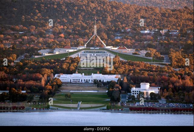 Herbst Farben umgeben die provisorische Parlamentsgebäude und Parlament House Capital Hill Canberra Australien Stockbild