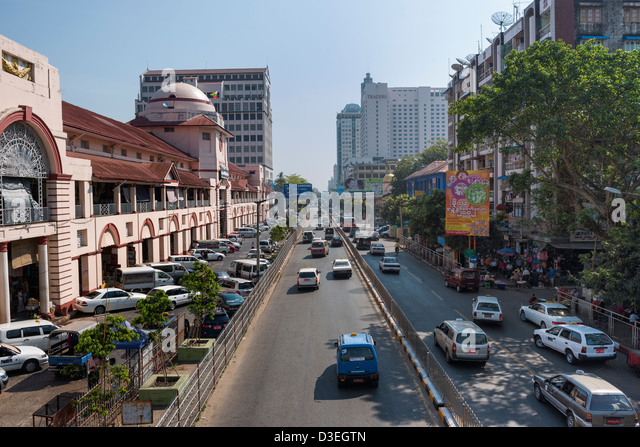 Straße vor dem Bogyoke Aung San Markt, auch bekannt als Scott, Yangon, Myanmar Stockbild