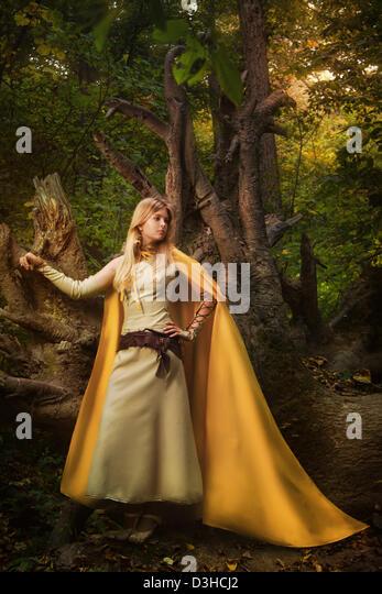 Blondes Mädchen in einem magischen Wald Stockbild