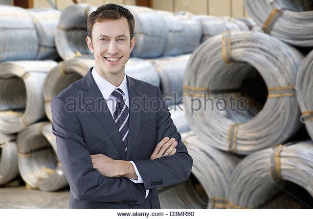 Porträt von lächelnden Geschäftsmann vor Spiralkabel im Lager Stockbild