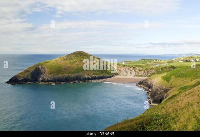 Blick auf Foel y Mwnt und Strand Fron Cardigan Küstenweg in Ceredigion Wales Stockbild