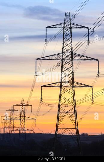 Ein Strommast von National Grid in Wales bei Sonnenuntergang Stockbild