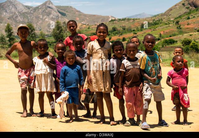 Eine Gruppe von Kindern posiert für ein Foto auf dem Lande in Ranohira liegt am Rande des Isalo Nationalpark Stockbild