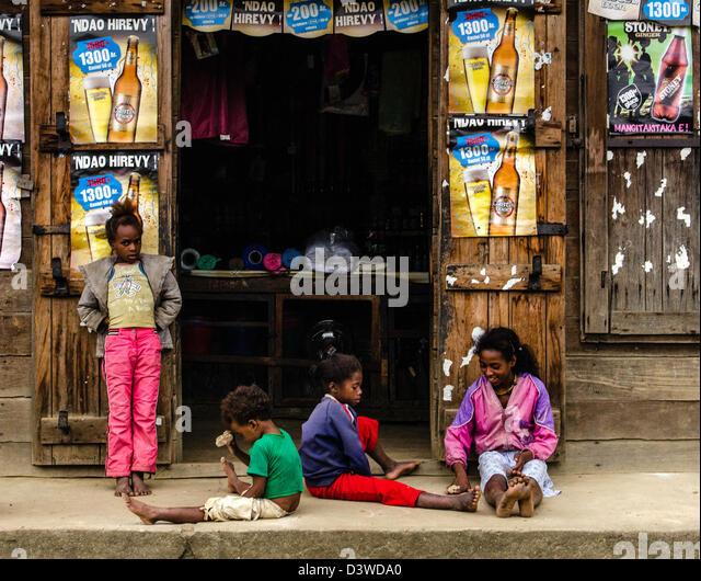 Kinder spielen im Freien ein Lebensmittel einkaufen Andasibe Dorf oder Perinet-Madagaskar Stockbild
