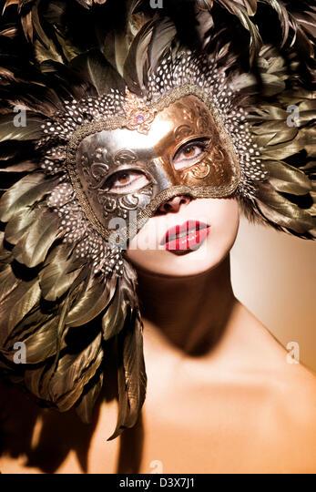 Schöne Frau mit venezianischer Maske Stockbild