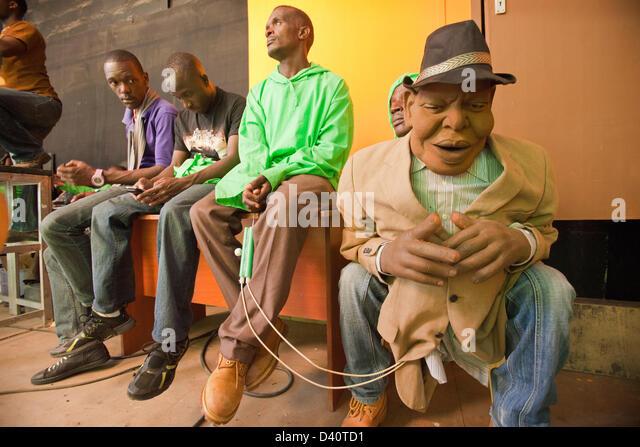 Nairobi, Kenia. 26. Februar 2013. Die Woche vor dem Kenianer zur Wahlurne gehen film Schauspieler und Pupeteers Stockbild