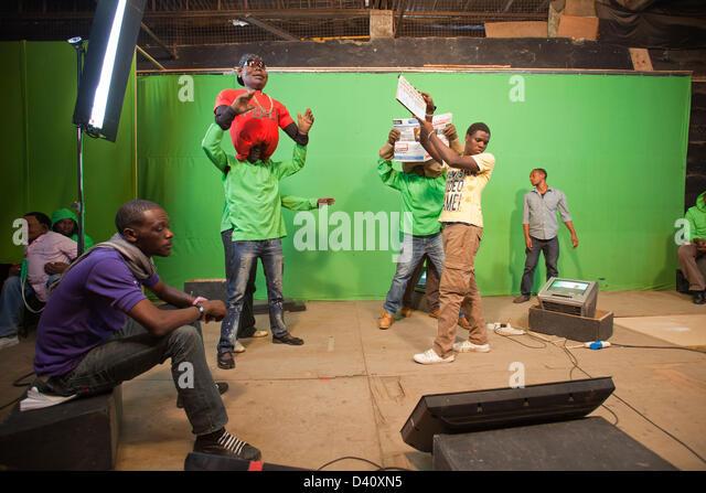 """Nairobi, Kenia. 26. Februar 2013. Hinter den Kulissen von Kenias Polit-Satire """"Die XYZ-Show"""" Puppenspieler Stockbild"""