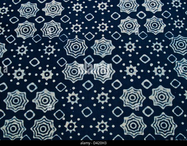 Blau Batik Stoff mit Wiederholungsmuster als Hintergrund von Yogyakarta, Indonesien Stockbild
