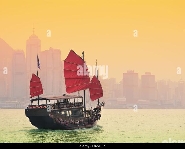 Einer traditionellen Dschunke Segeln in Victoria Harbour in Hongkong. Stockbild