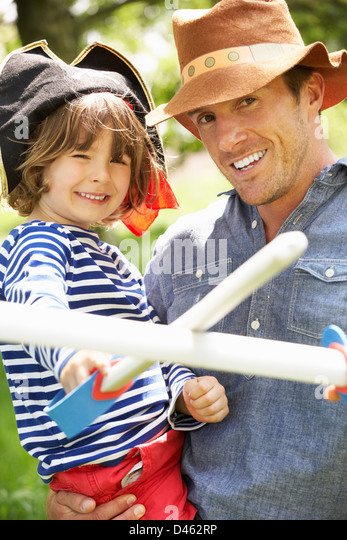Vater spielen, spannenden Abenteuer-Spiel mit Sohn In der Sommerwiese Stockbild