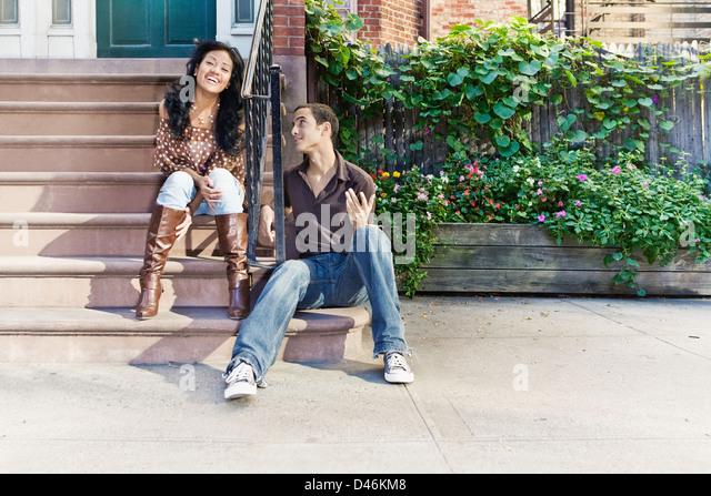 Er macht sie zum Lachen. (Einige Bewegungsunschärfe auf ihr). Foto im Greenwich Village in New York auf einen Stockbild