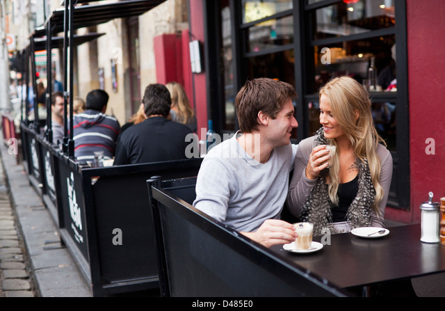 Junges Paar im Café entspannen. Fitzroy, Melbourne, Victoria, Australien Stockbild