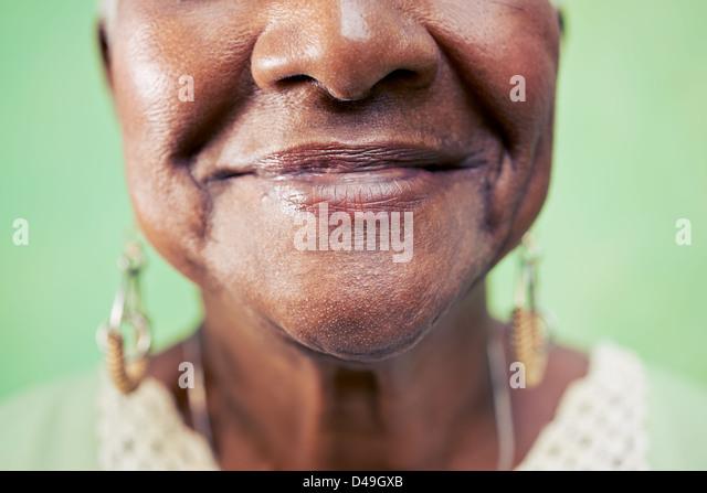 Alte schwarze Frau Portrait, close-up von Augen- und Gesichtsschutz auf grünem Hintergrund. Textfreiraum Stockbild