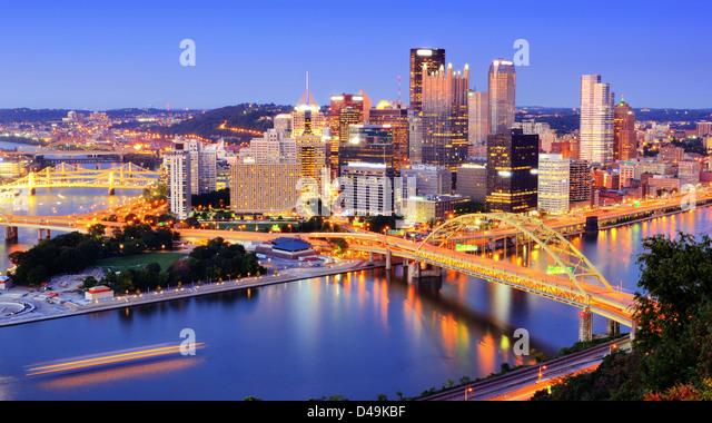 Die Innenstadt von Pittsburgh, Pennsylvania in der Abenddämmerung. Stockbild