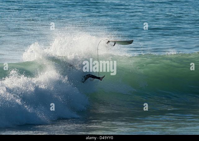 Surfer und Welle. Stockbild