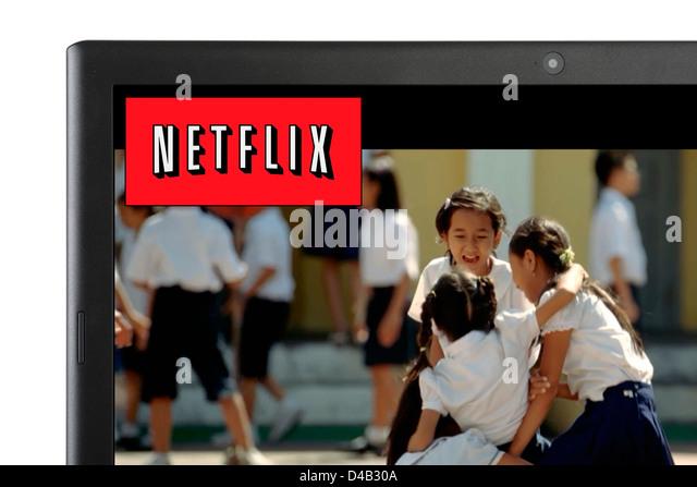 Einen Film über Netflix streaming online auf einem Laptopcomputer, UK Stockbild