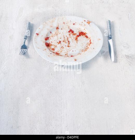 eine fertige Platte mit Resten von Tomaten-Soße und pasta Stockbild