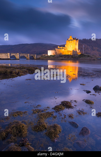 Eilean Donan Castle am Loch Duich in der Dämmerung, Western Highlands, Schottland. Herbst (November) 2012. Stockbild