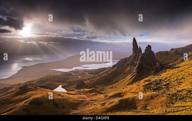 Dramatisches Licht auf der Old Man of Storr, Isle Of Skye, Schottland. Herbst (November) 2012. Stockbild