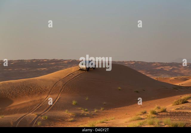 Allradantrieb auf Wüstendünen, Wahiba, Oman, Naher Osten Stockbild