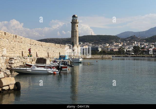 Hafen Sie der venezianischen Epoche Wände und Leuchtturm am mediterranen Hafen von Rethymnon, Kreta, griechische Stockbild