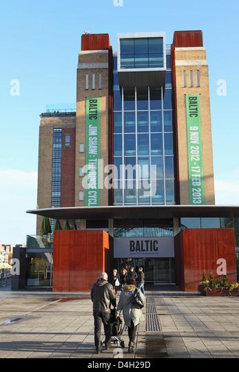 Besucher betreten die Ostsee-Zentrum für zeitgenössische Kunst, Gateshead Quays, Gateshead, Tyne und Abnutzung, Stockbild