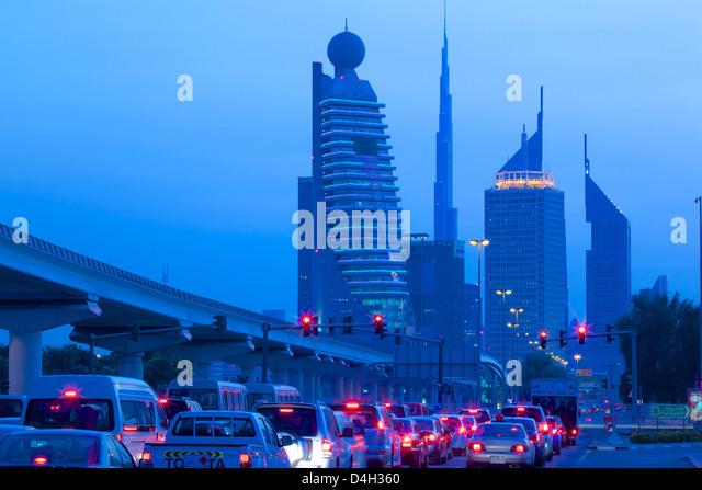 City Skyline und Auto Heck leuchten, Dubai, Vereinigte Arabische Emirate, Naher Osten Stockbild