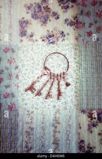 eine alte Schlüsselring mit einem Schlüsselbund auf ein Vintage plaid Stockbild