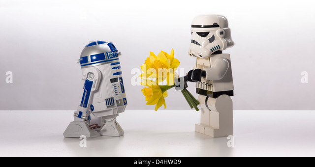 Star Wars, eine unsägliche Liebesgeschichte. R2-D2 und einen Sturmtruppler Stockbild