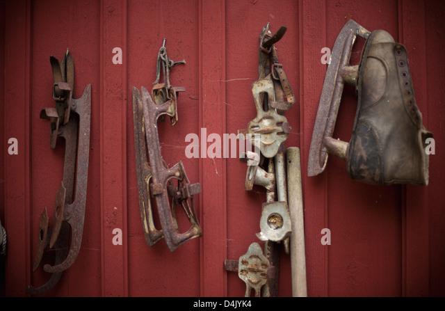 Vintage Schlittschuhe an Wand Stockbild