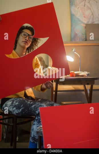 Künstler, die roten Karton ausschneiden Stockbild