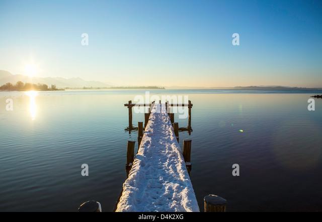 Verschneite Pier über noch ländliche See Stockbild