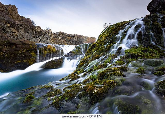 Verschwommene Sicht von Wasser über die Felsen Rauschen Stockbild